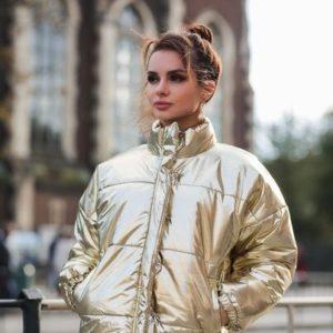 Купити теплу жіночу коротку куртку-пуховик золотого кольору дешево