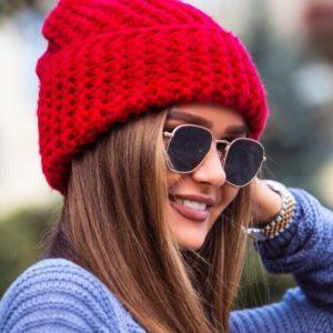Недорогая зимняя вязаная шапка женская красного цвета
