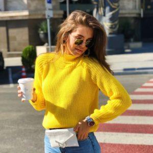 Купить женский нежно-желтый свитер гольф из шерсти оптом