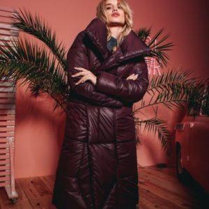 Купити зимовий жіноче фіолетове пальто-пуховик з плащової тканини оптом