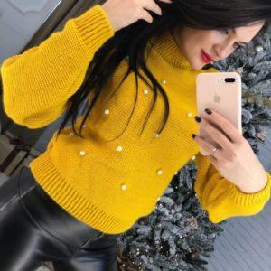 Заказать горчичный женский теплый свитер с бусинками дешево
