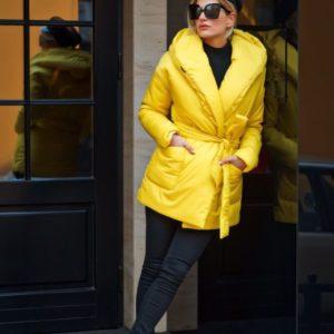 Купить женскую куртку из плащевки пышную цвета горчицы недорого
