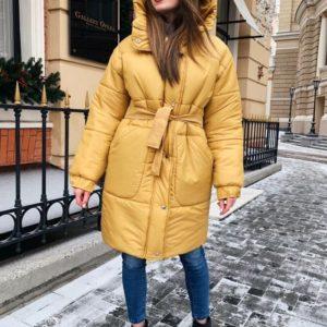 Купить в интернет-магазине женское пальто на синтипухе с поясом цвета горчицы дешево