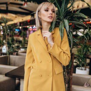 Приобрести женский двубортный пиджак с шелковой подкладкой цвета горчицы недорого