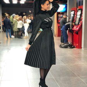 Купить дешево женское платье миди на змейке с плиссированной юбкой черного цвета больших размеров