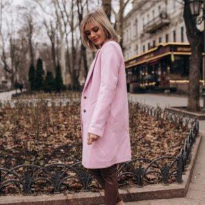 Приобрести пальто на весну женское на кнопках из кашемира цвета пудры дешево