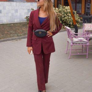Заказать женский брючный костюм из брюк и жакета больших размеров недорого цвета марсала в подарок