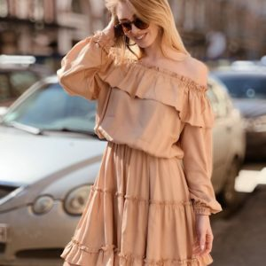 Приобрести женское платье с открытыми плечами из штапеля больших размеров цвета кофе дешево