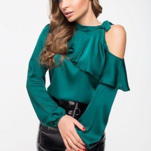 Купить в подарок женскую блузу с открытым плечем и воланом зеленого цвета из шелка дешево
