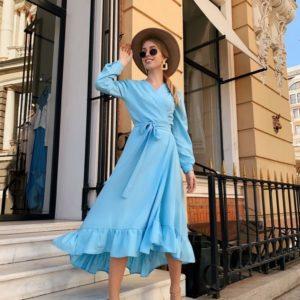 Купить недорого женское платье с оборкой на запах из софта голубого цвета большого размера