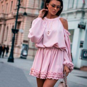 Купить в интернет-магазине женское платье с мини рюшами и открытыми плечами розового цвета недорого