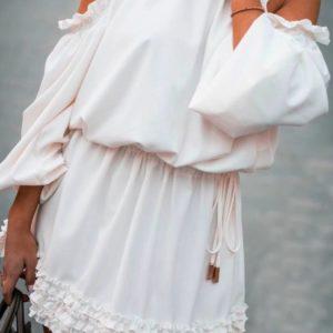 Заказать недорого платье женское с мини рюшами белого цвета и открытыми плечами в подарок
