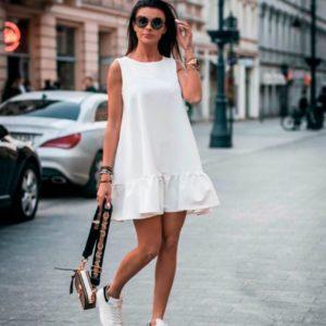 Приобрести недорого женское платье свободного кроя с кокетливой оборкой белого цвета дешево