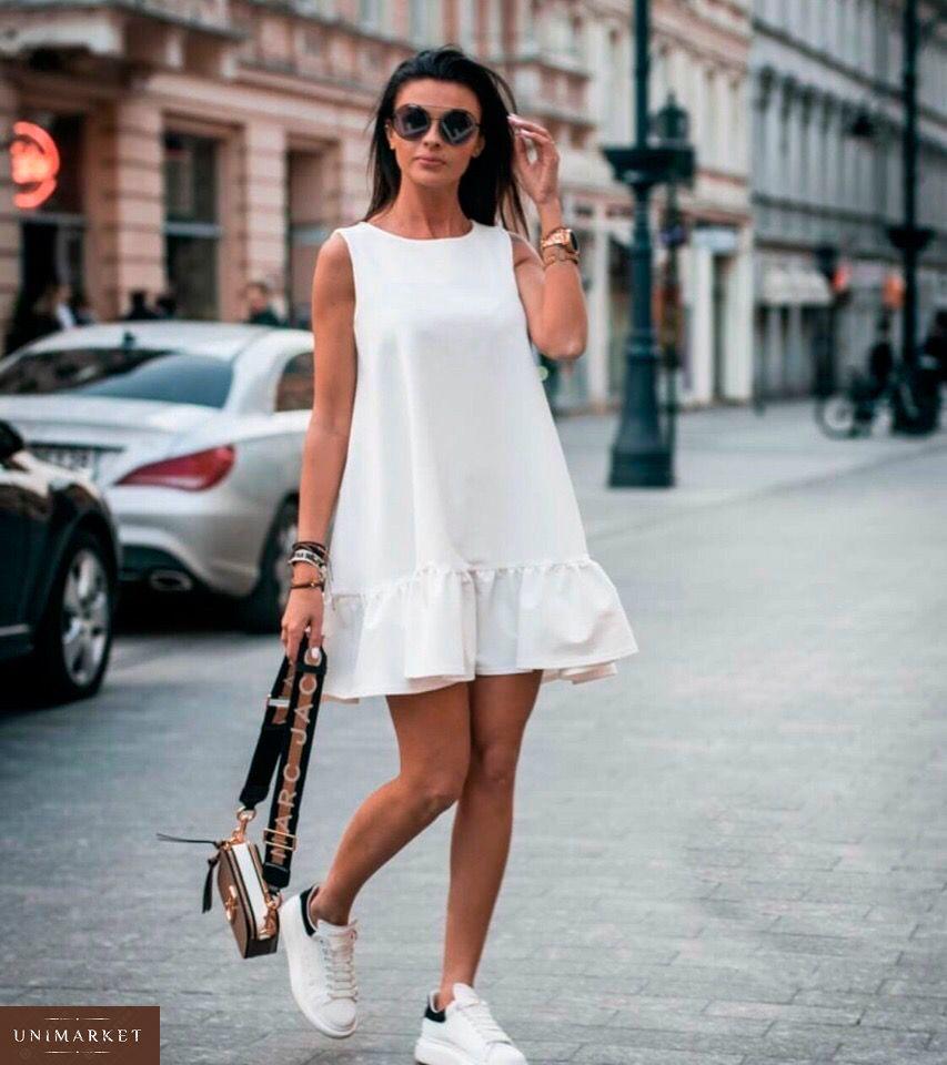 03d08e3ce34 Приобрести недорого женское платье свободного кроя с кокетливой оборкой  белого цвета дешево. Заказать в ...