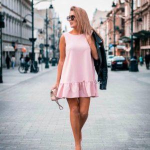 Заказать в подарок платье женское свободного кроя с оборкой кокетливой розового цвета недорого