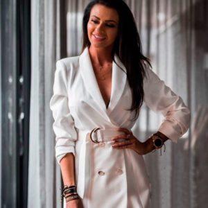 Купить в интернет-магазине женское платье - пиджак на запах с поясом и пуговицами белого цвета недорого