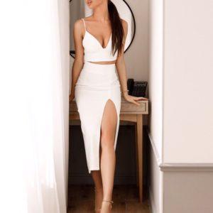 Купить в подарок женский костюм с разрезом топ + юбка белого цвета дешево