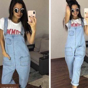 Приобрести в интернет-магазине женский комбинезон джинсовый с карманами широкими голубого цвета дешево
