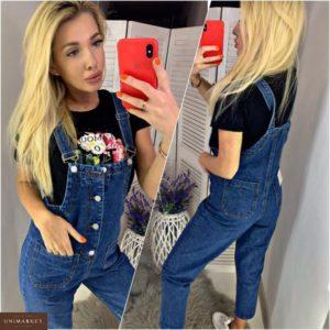 Заказать в подарок женский джинсовый комбинезон с карманами синего цвета недорого
