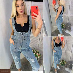 Заказать в подарок женский джинсовый комбинезон с поясом синего цвета недорого