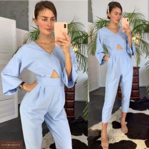 Приобрести в интернет-магазине женский комбинезон с рукавами стильный и треугольным вырезом на животе голубого цвета дешево