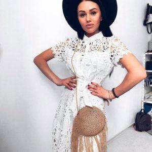 Заказать в подарок женское платье с поясом из кружева белого цвета недорого