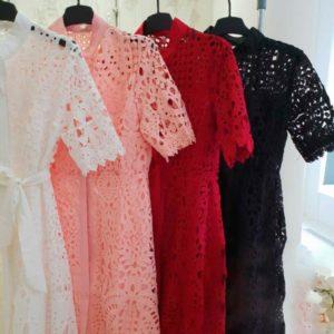 Приобрести в интернет-магазине женское платье из кружева с поясом дешево