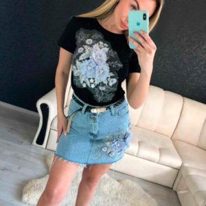 Приобрести в интернет-магазине женский джинсовый костюм больших размеров с юбкой и черной футболкой из котона дешево