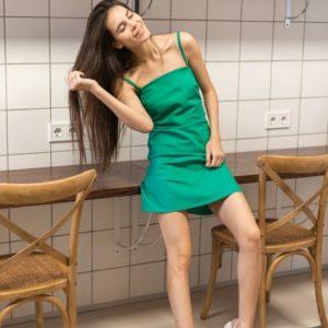 Купить дешево женский летний сарафан с завязкой из стрейч льна изумрудного цвета недорого
