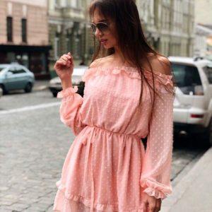 Заказать оптом платье женское из воздушного шифона в горошек с открытыми плечами персикового цвета недорого