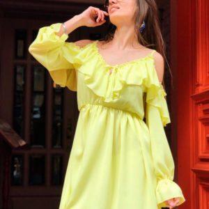 Купить в подарок платье женское с открытыми плечами из креп-шифона и оборками лимонного цвета в подарок дешево