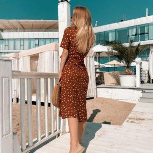 Приобрести дешево горчичное женское платье в белый горошек из софта на запах оптом Украина