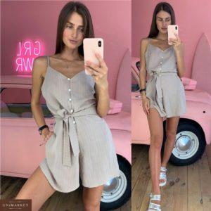 Купить в интернет-магазине женский комбинезон с шортами и поясом на пуговицах бежевого цвета недорого
