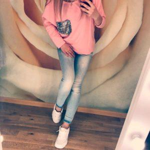 Приобрести в подарок кофту женскую с карманом накладным декорируемым пайетками вырезом персикового цвета больших размеров оптом Украина
