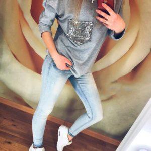Купить дешево женскую кофту с накладным карманом декорируемым паетками вырезом серого цвета больших размеров недорого