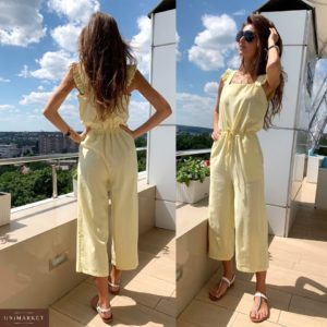 Заказать оптом льняной женский комбинезон желтого цвета кюлоты с карманами и крылышками недорого
