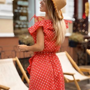 Заказать недорого женское платье в горох из хлопка на запах с оборками красного цвета в подарок