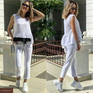 Заказать в подарок женский летний костюм из жатого льна с оборками на блузке белого цвета оптом Украина
