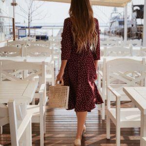 Заказать недорого женское платье в стиле халат на запах в мелкий горох цвета марсала в подарок