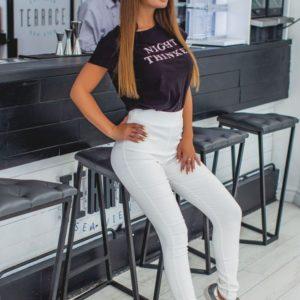 Заказать в подарок женские брюки из стрейч джинса с высокой посадкой белого цвета оптом Украина