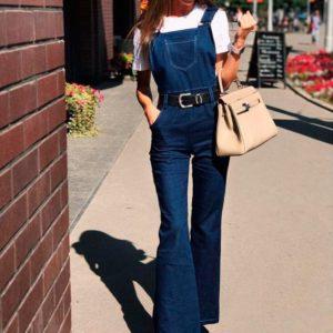 Заказать в подарок женский комбинезон из плотного джинса с карманами синего цвета оптом Украина