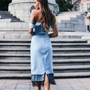 Заказать в подарок женское платье футляр с французским кружевом на бретелях цвета голубого оптом Украина