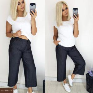 Купить оптом женские брюки из костюмки кюлоты цвета серой клетки батал в подарок