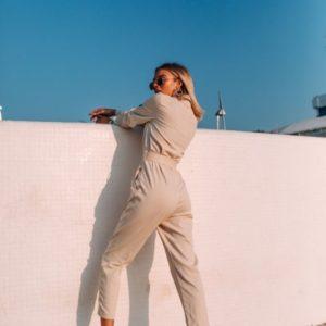Приобрести в интернет-магазине женский комбинезон джинсовый с поясом на кнопках цвета бежевого дешево