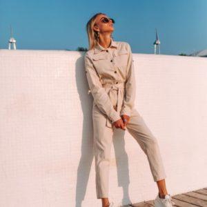 Заказать в подарок женский джинсовый комбинезон с поясом на кнопках бежевого цвета оптом Украина