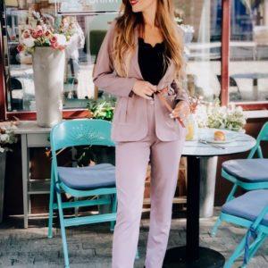 Купить в интернет-магазине женский с поясом костюм: пиджак + брюки с карманами цвета пудры недорого