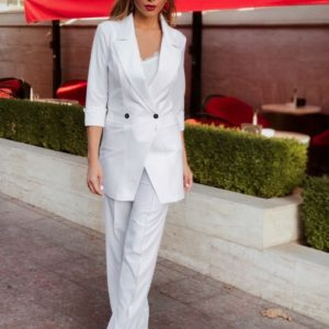 Купить оптом женский брючный с удлиненным пиджаком костюм и рукавом 3/4 цвета белого в подарок