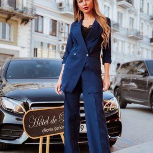 Заказать недорого женский брючный костюм и рукавом 3/4 с удлиненным пиджаком цвета синего дешево