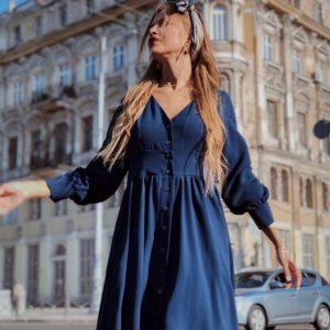Купить оптом женское платье с широкой юбкой на пуговицах цвета синего в подарок