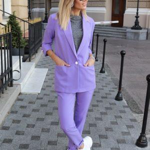 Приобрести в интернет-магазине женский брючный деловой костюм с карманами на пуговице фиолетового цвета дешево